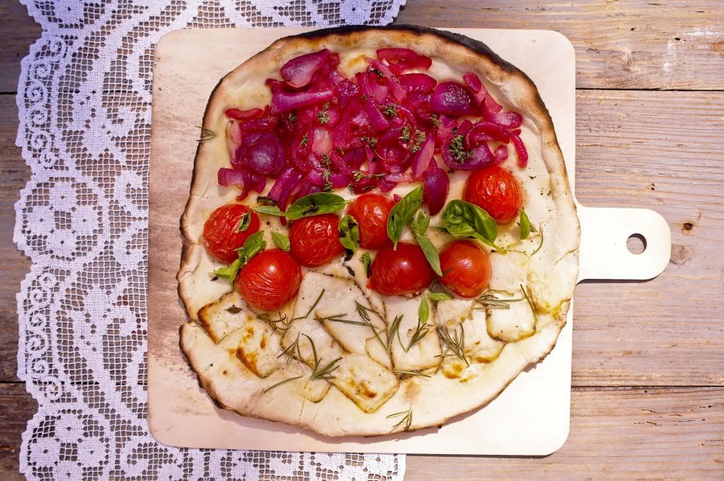 focaccia - podpłomyk z serem kozim i rozmarynem, pomidorkami koktajlowymi i bazylią,  czerwoną cebulą i tymiankiem - bez sosu pomidorowego