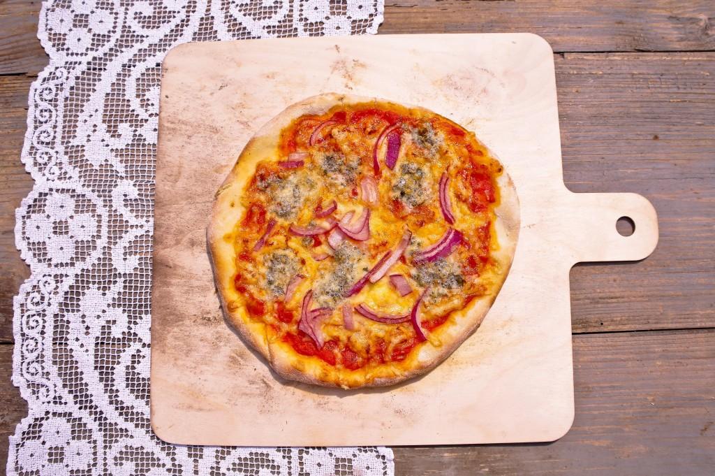 pizza z sosem pomidorowym, serem pleśniowym i czerwoną cebulką