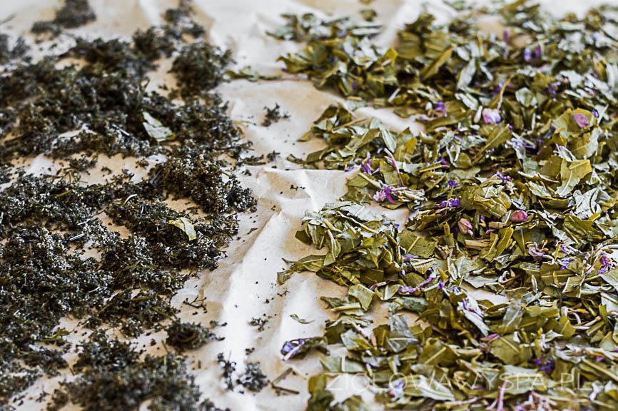Sfermentowane zioła suszę na papierze, tutaj liście wierzbówki i kwiat przytulii białej.