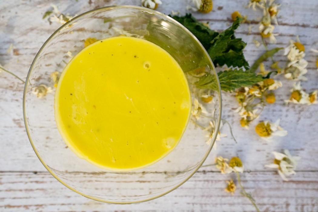 maseczka na włsy z żółtka i ziołowej oliwy z kroplą soku z cytryny