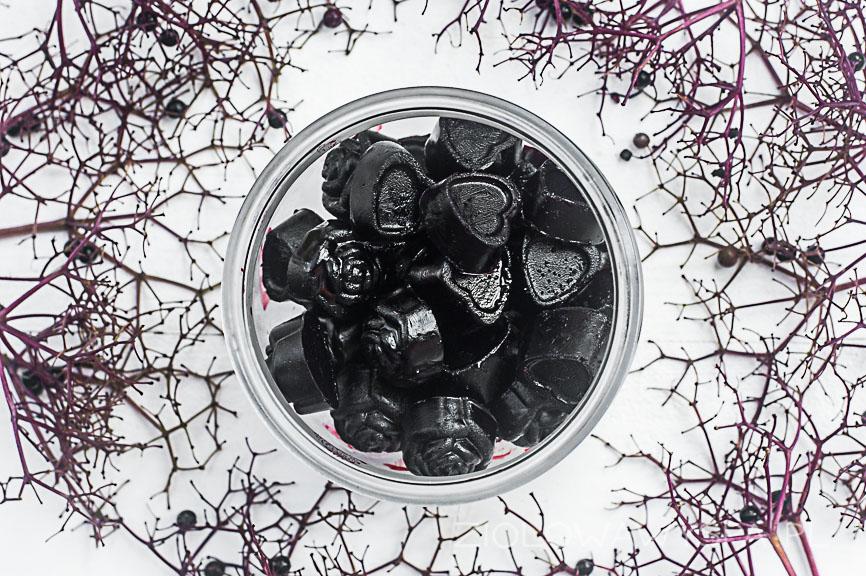 sok z czarnego bzu w kostkach lodu